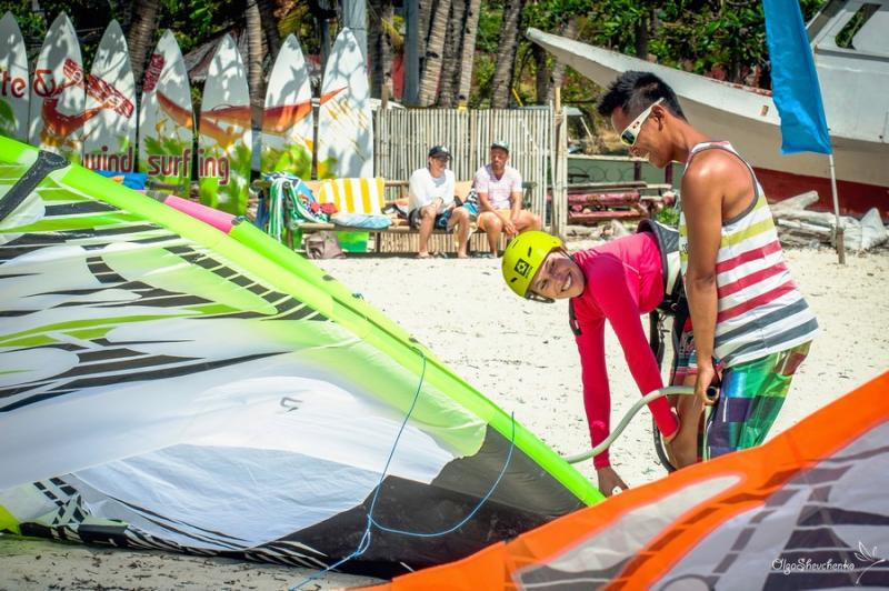 Daily IKO-Kite courses from Level 1 to 3 at Funboard Center Boracay with multilingual Kite-Instructor.