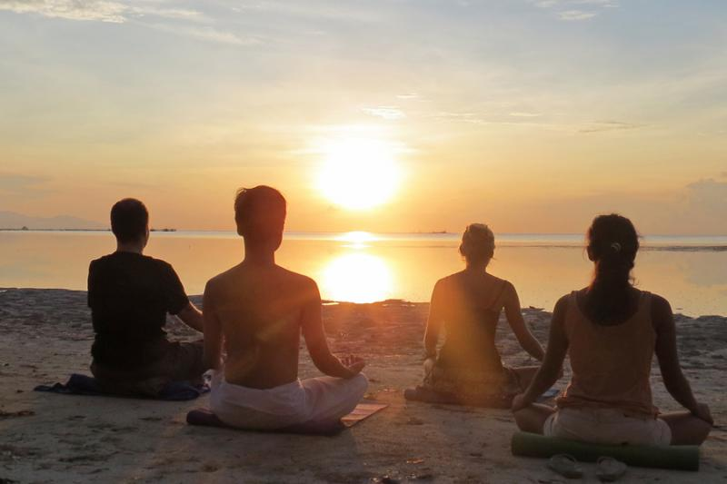 Sunrise-Yoga at Bulabog Beach for all early birds before your first Kite-or windsurfing lesson.