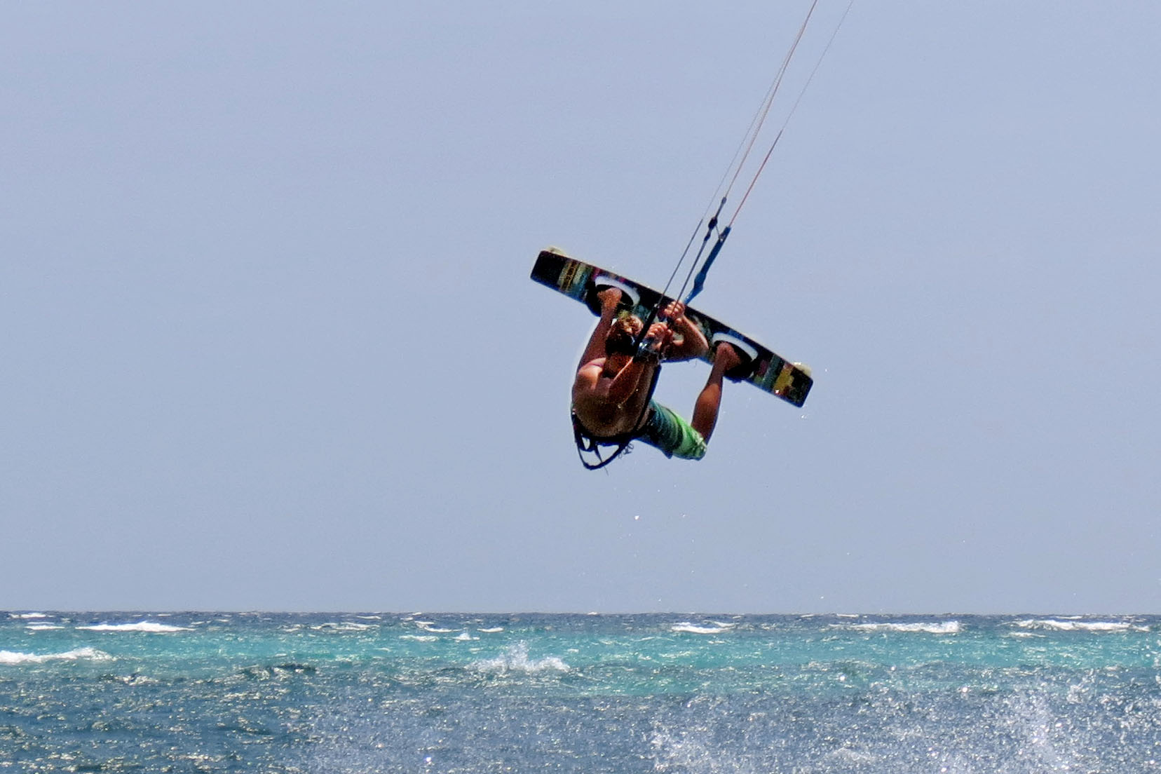 Kitesurf-Instructor Martin from Funboard Center Boracay shows the unhooked Ralley.