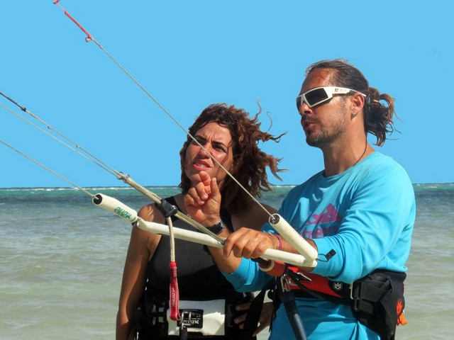 Take your kitesurfing lessons with the most qualified instructor.